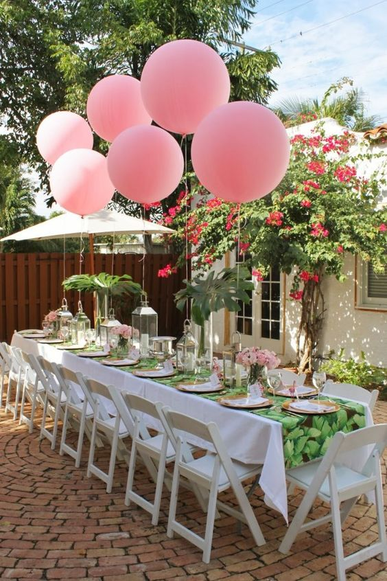 шары на улице над столом