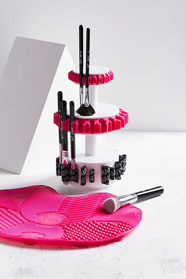 башня со щетками для макияжа