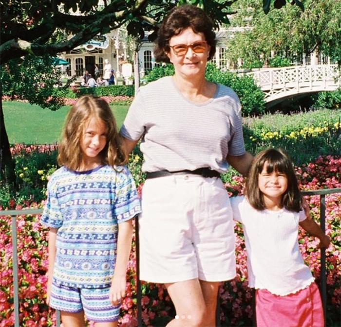 Камила Мендес с мамой и сестрой