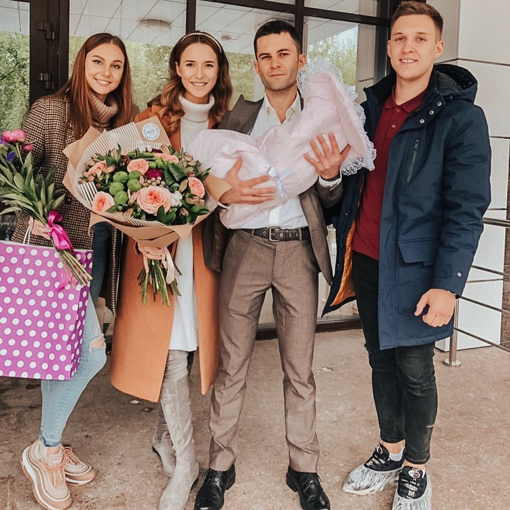 Александра Поснова с дочкой и мжуем